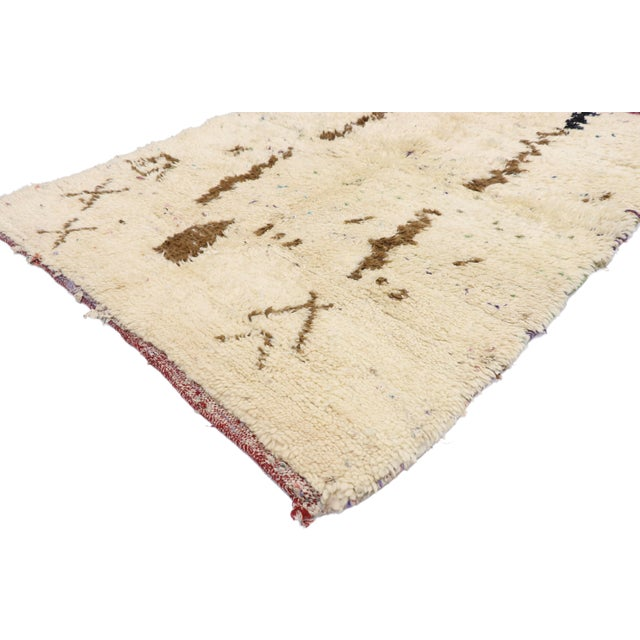 21071 Vintage Berber Moroccan Azilal Rug with Organic Modern Style 03'07 x 04'09. This hand-knitted wool vintage Berber...