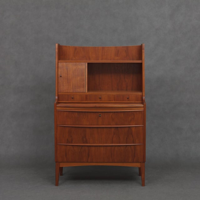 Simple yet elegant danish secretary with 3 large drawers in the lower section. On the top part a desk top and another 3...