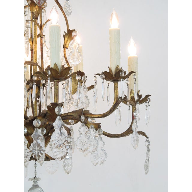 Hollywood Regency An elegant Italian 1960's Hollywood regency 8-light gilt-tole chandelier For Sale - Image 3 of 5