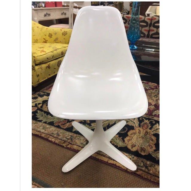 Glass Mid-Century Blue and White Spanish Tile Top Table and Six Saarinen Tulip Chairs Set For Sale - Image 7 of 12