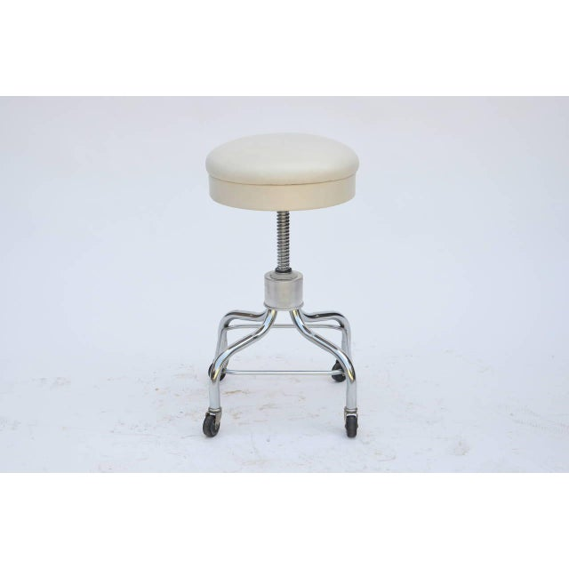 Set of Four Vintage Chrome and White Leather Adjustable Rolling Stools For Sale In Los Angeles - Image 6 of 6