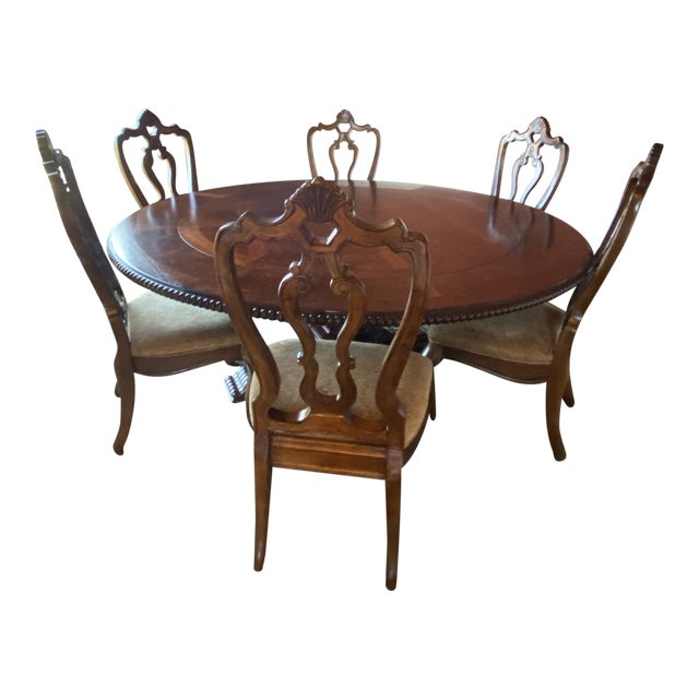 Traditional Round Dining Room Set