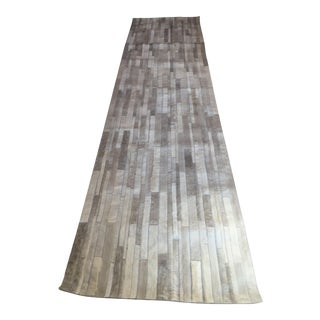 Handmade Argentinian Cowhide Patchwork Rug in Light Grey Patchwork - 2′11″ × 11′10″ For Sale