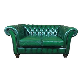 20th Century Vintage English Traditional Green Leather Chesterfield 2 Seat Sofa For Sale