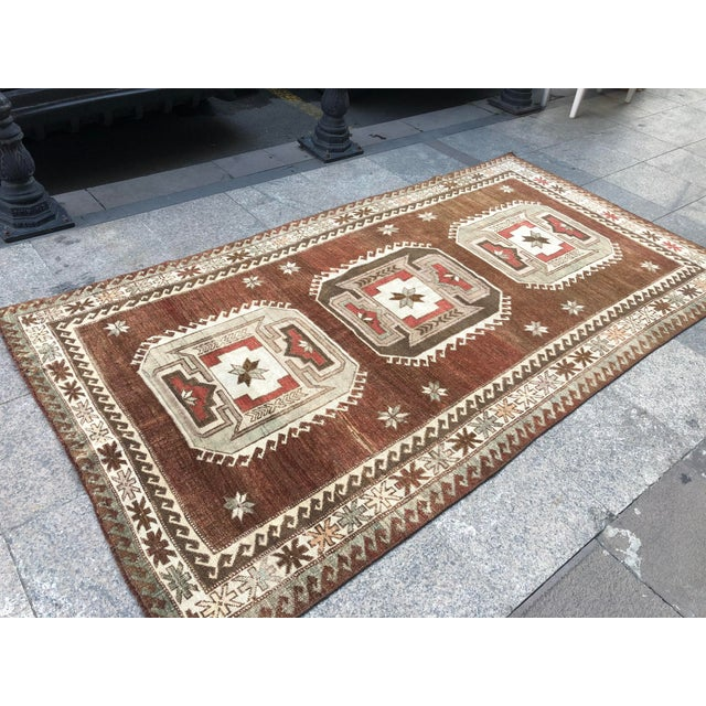 1960s Vintage Handmade Turkish Bohemian Wool Rug- 4′5″ × 8′4″ For Sale - Image 6 of 11
