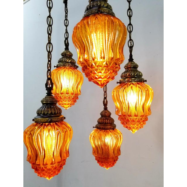 1960s Mid-Century Modern Hollywood Regency Amber Swag 5 Crackle Globe Brass Hanging Lamp For Sale In Los Angeles - Image 6 of 13