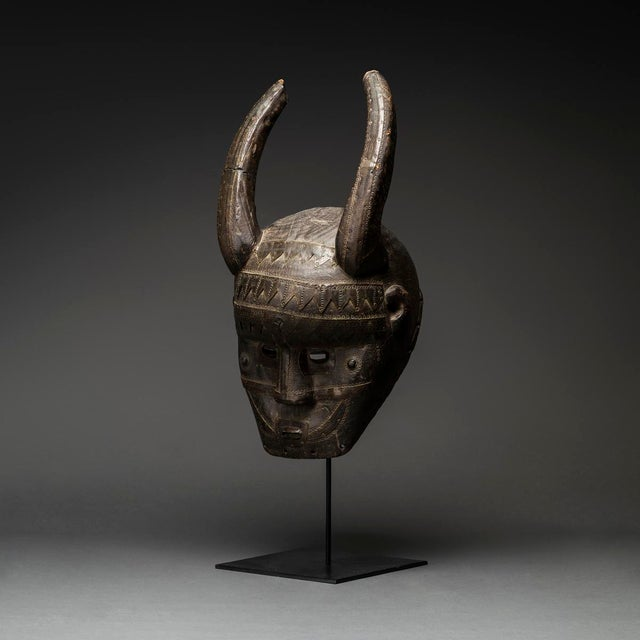 This imposing semi-helmet mask was made by the malinke (or maninka) people of west africa. It is an exceptionally dominant...