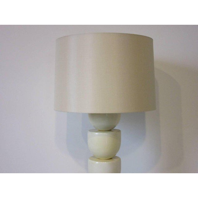 1980s 1970s Lacquered Wood and Brass Table Lamp For Sale - Image 5 of 7