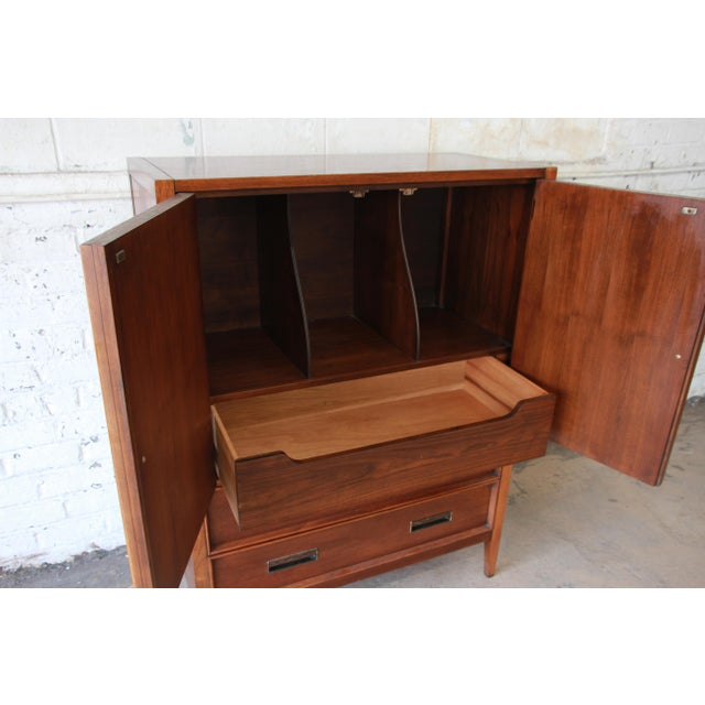 Mid-Century Modern Walnut Gentleman's Chest by Drexel For Sale In South Bend - Image 6 of 11