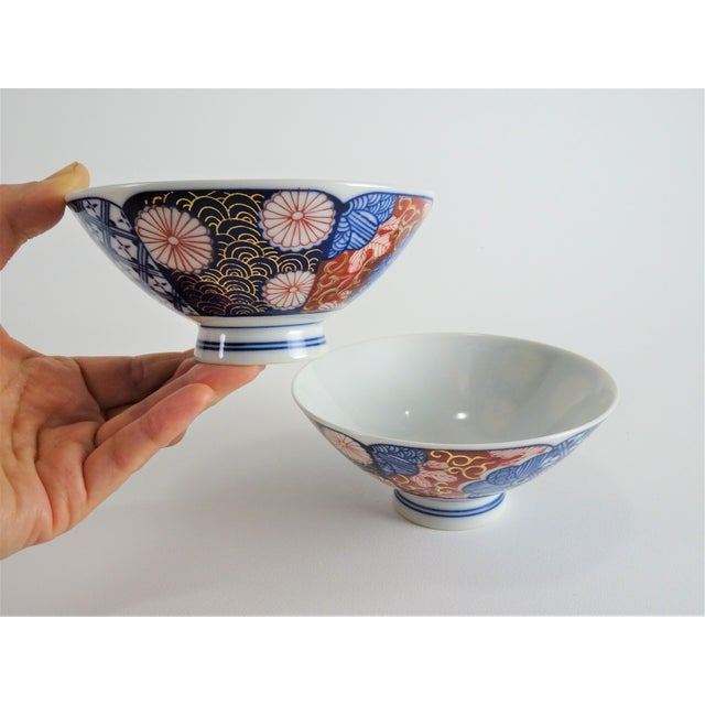 1970s Chinoiserie Imari Porcelain Rice Bowls - a Pair For Sale - Image 5 of 12