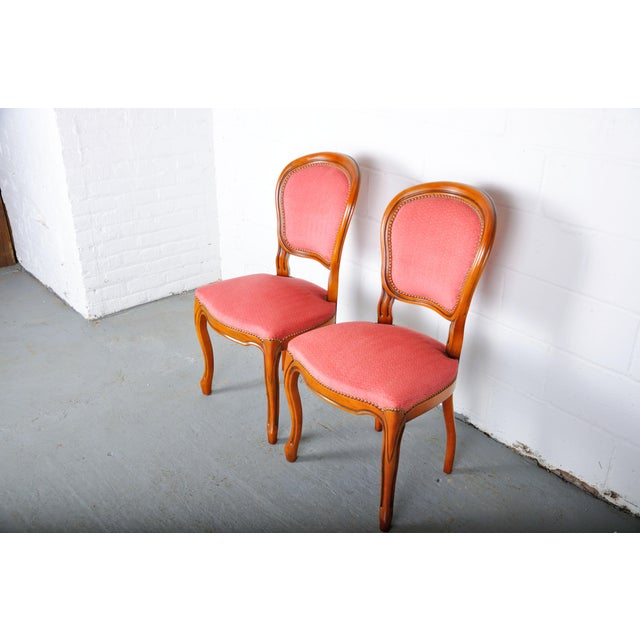1950s Pair of Vintage French Louis XV Maple Dining Chairs W/ Off-Red Herringbone Wool Upholstery For Sale - Image 4 of 13
