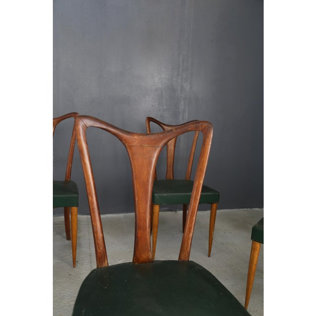 6 chairs by Gugliemo Ulrich from 1940. The set of 6 chairs is made of stained beech wood and we find a green leather...