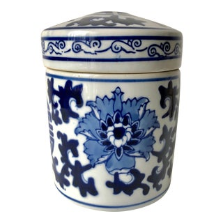 Classic Chinese Blue & White Porcelain Jar For Sale