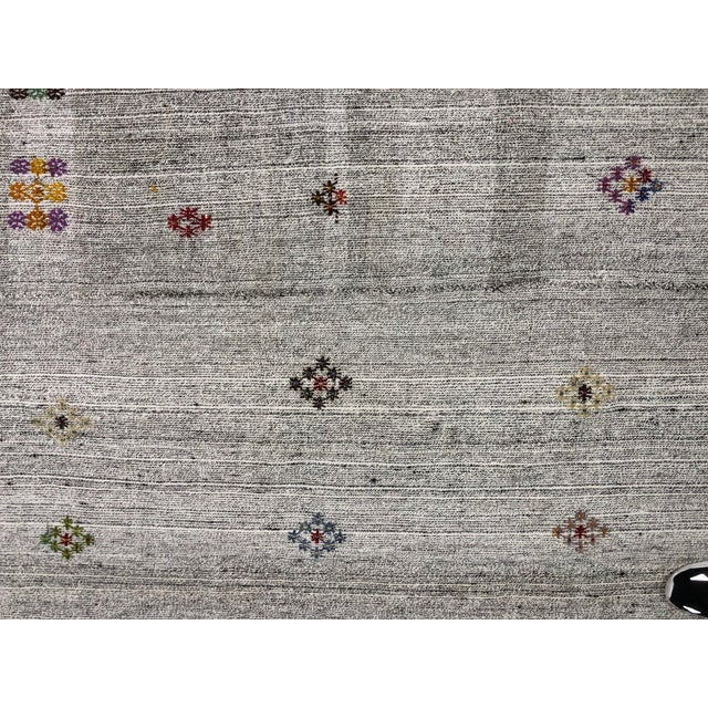 1960s Vintage Floral Patterned Traditional Turkish Anatolian Aztec Handwoven Kilim Rug- 6′10″ × 11′3″ For Sale - Image 10 of 11