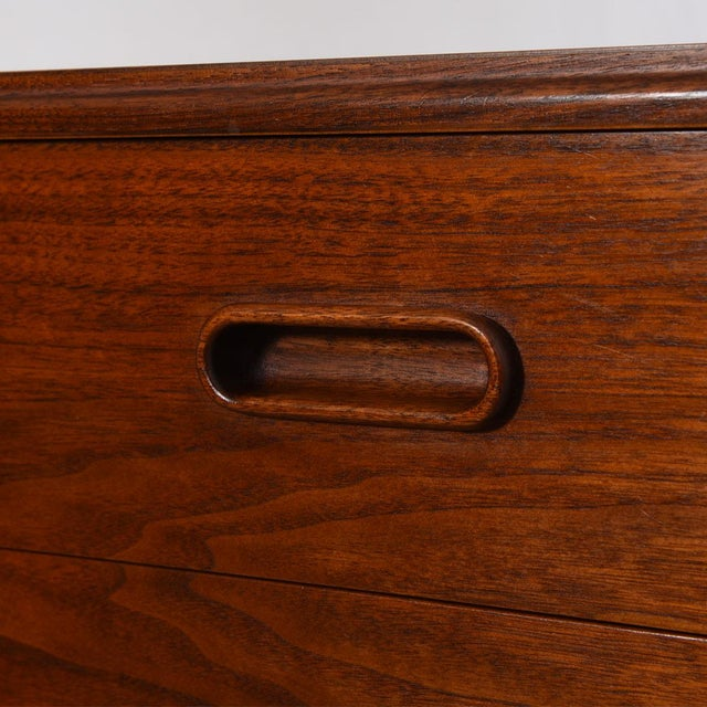 Brown MCM Walnut Gentleman's Chest / Dresser With Graduated Drawers For Sale - Image 8 of 12