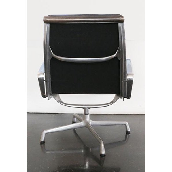 Eames Aluminum Group Lounge Chair & Ottoman For Sale In Palm Springs - Image 6 of 8