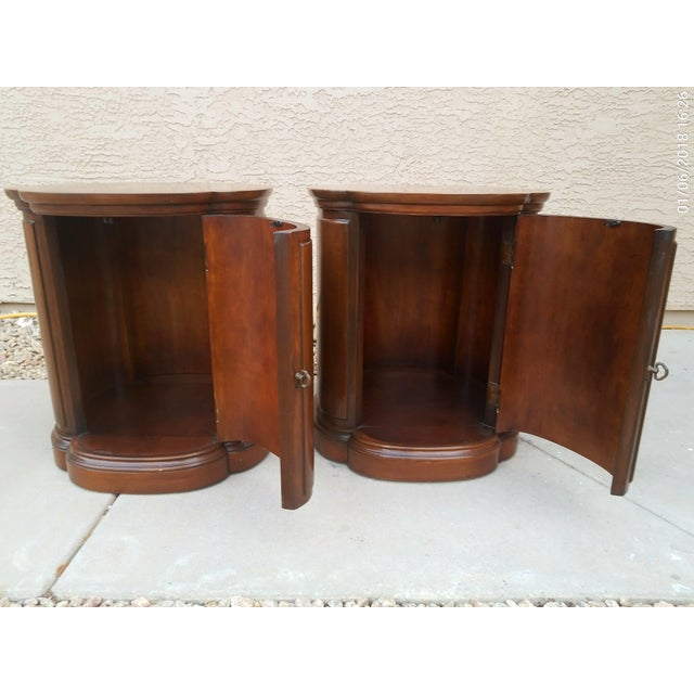 HENREDON Walnut Clover Shaped End Side Accent Table Cabinet. Excellent vintage condition. Dimensions 20.0ʺW × 20.0ʺD × 23.0ʺH