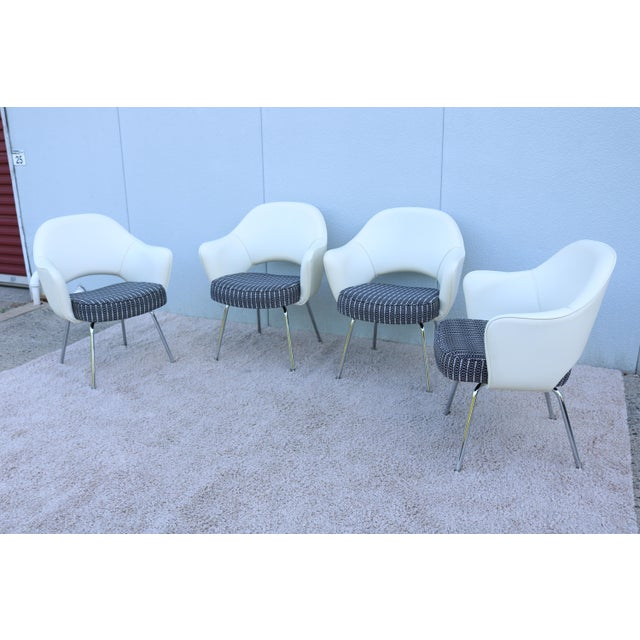Mid-Century Modern Mid-Century Modern Eero Saarinen for Knoll White Executive Arm Chairs - Set of 4 For Sale - Image 3 of 13