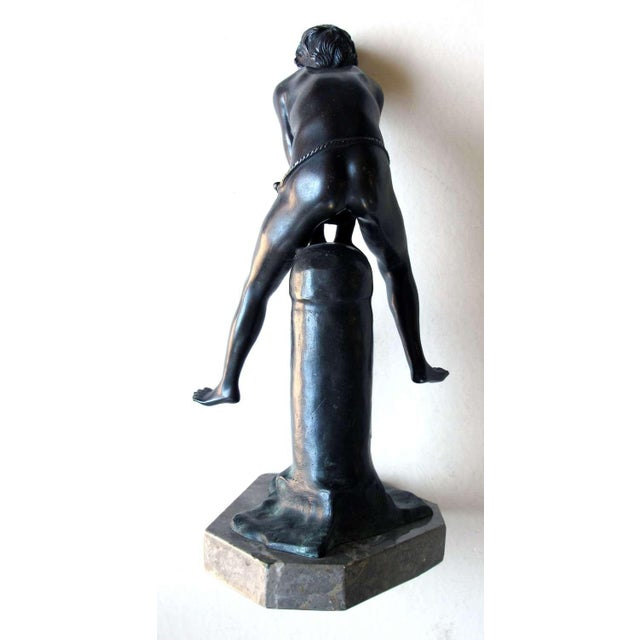 A Playful Italian Grand Tour Bronze Figure of a Young Male Athlete; Signed 'Gerente' For Sale - Image 4 of 8