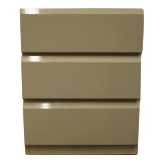 """Lane Furniture Contemporary Modern Off White Lacquered 24"""" Three Drawer Nightstand 831-33 For Sale"""