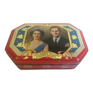"Rare Vintage 1959 ""Queen Elizabeth Hobner & Co."" Lithograph Print Souvenir English Candy Tin Box For Sale"