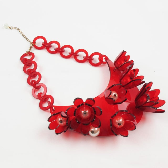 1980s Italian Designer Transparent Red Lucite Flowers and Pearl Bib Necklace For Sale - Image 5 of 10