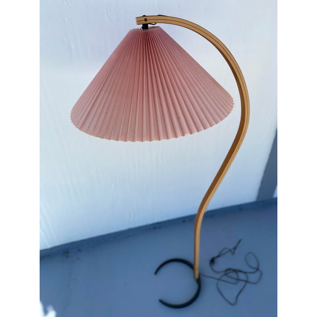 1970s Caprani Two-Toned Teak Bentwood Floor Lamp with Blush Pink Pleated Shade For Sale In Tampa - Image 6 of 11