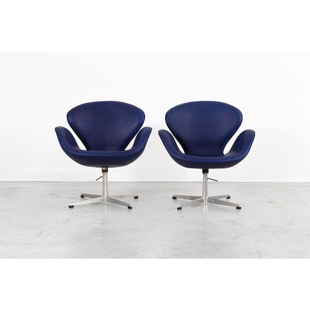 Fritz Hansen Set of Arne Jacobsen Swan Chairs For Sale - Image 4 of 11