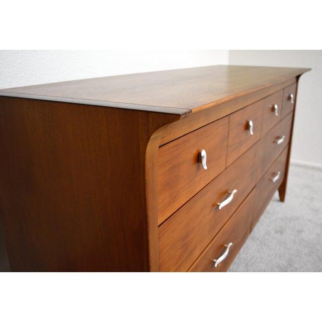"""1950s 1950s Drexel """"Profile"""" Dresser and Nightstands Set by John Van Koert - Set of 3 For Sale - Image 5 of 8"""