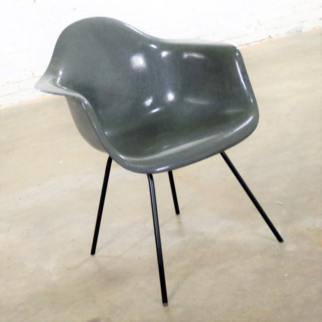 Awesome example of the Charles and Ray Eames DAX fiberglass arm shell chair for Herman Miller. It is in elephant hide gray...