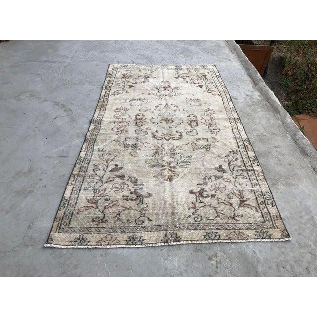 1960s Vintage Turkish Handmade Carpet - 4′7″ × 8′4″ For Sale - Image 11 of 11