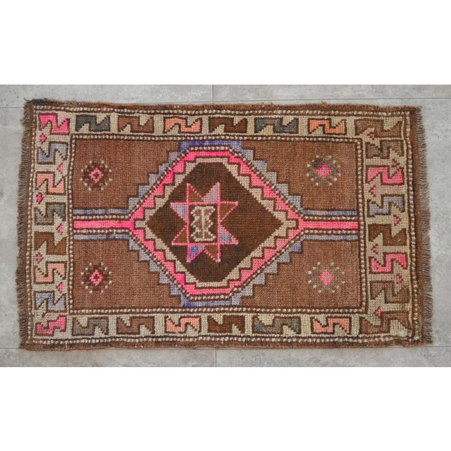 1960s Distressed Low Pile Natural Background Yastik Rug Small Rug - 26'' X 42'' For Sale - Image 5 of 5