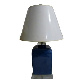 Large Vintage 1970s Chinoiserie Blue Porcelain and Lucite Rectangular Box Jar Table Lamp For Sale
