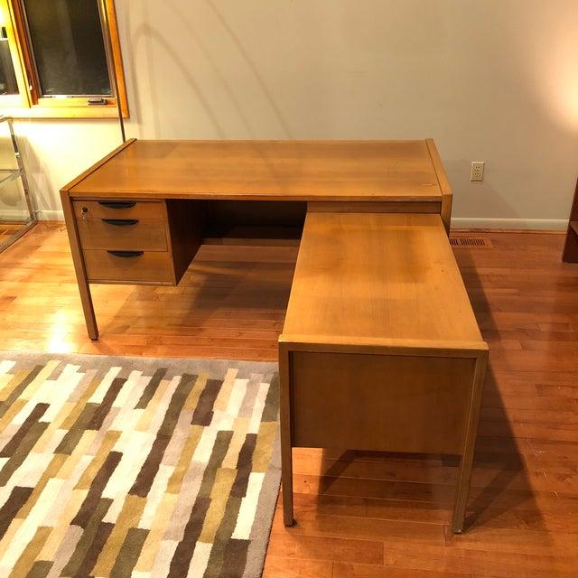 https://chairish-prod.freetls.fastly.net/image/product/sized/9338302b-03f0-4e49-9868-9fc9e38d824f/jens-risom-l-shape-mid-century-modern-wood-desk-8479?aspect=fit&width=640&height=640