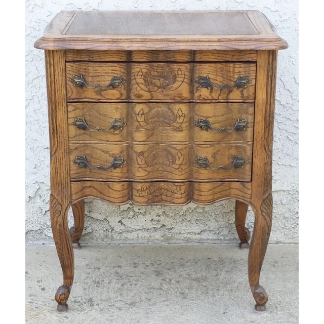 Beautiful oak nightstand / end table. It is a country French / French Provincial / Louis XV style. Nice subtle shell...