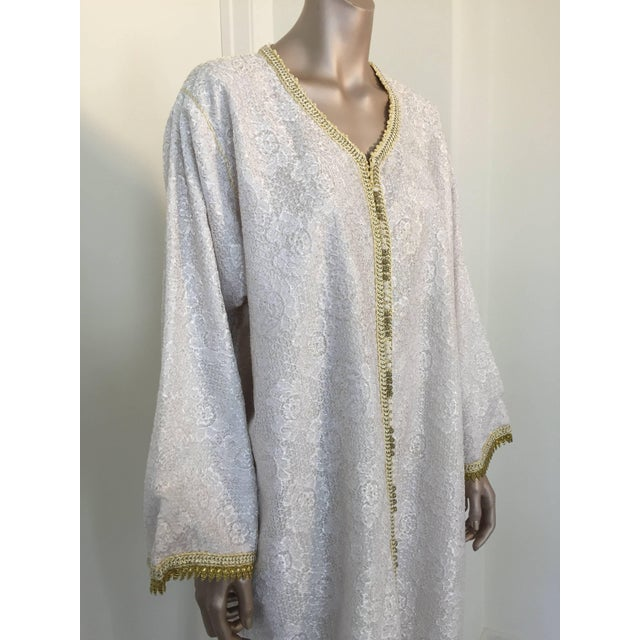 Moroccan Vintage Caftan in White and Gold Lace 1970s Kaftan Maxi Dress Large For Sale In Los Angeles - Image 6 of 9
