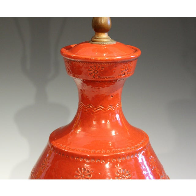 1960s Italian Rimini Raymor Mid-Century Modern Pottery Zaccagnini Red Orange Lamp For Sale - Image 5 of 11
