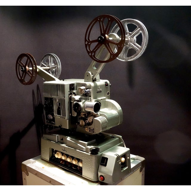 Offered for your perusal is this Circa 1958 Seimens double band motion picture projector. It was used by independent...