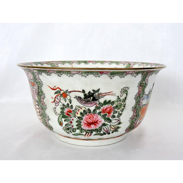 Mid 20th. Century Qianlong Rose Medallion Porcelain Planter & Decorative Matching Plate For Sale - Image 4 of 8