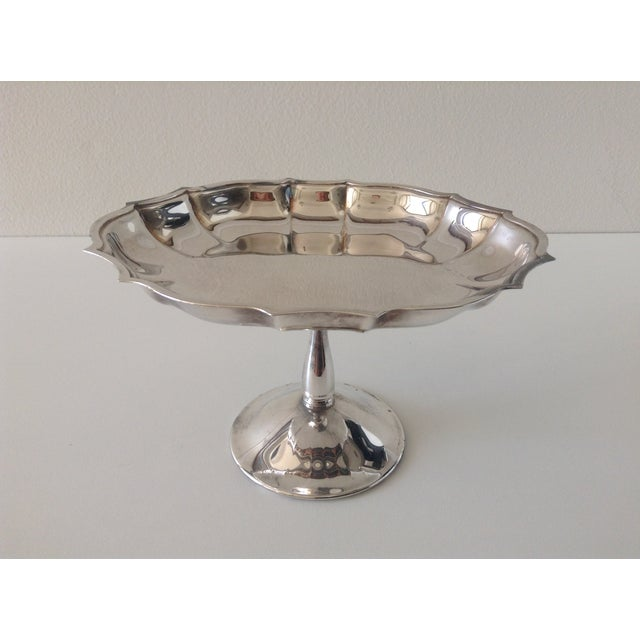 Vintage 1970s silver-plated footed raised candy or bon-bon, server dish, with scalloped details. In excellent condition.