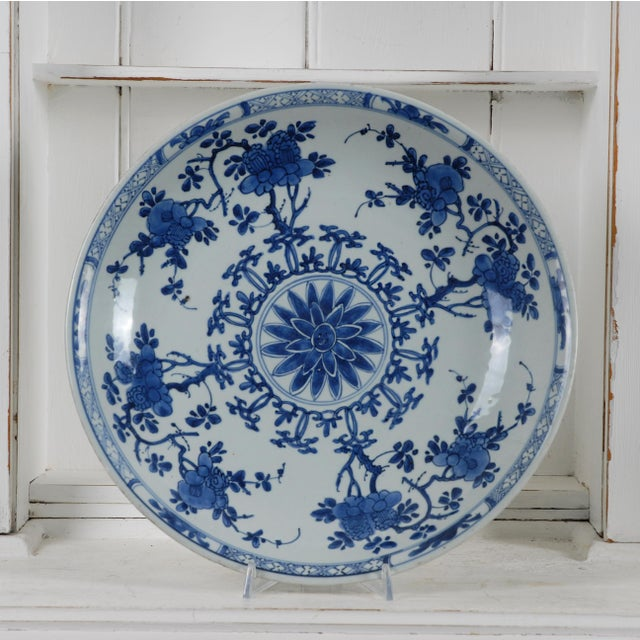 A large Antique Chinese porcelain blue and white Kangxi charger Blue and white ceramic 17th century Condition: Very...
