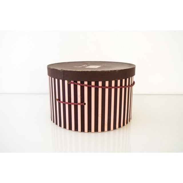 Art Deco Vintage Pink & Eggplant Striped Hudson's Department Store Detroit Hat Box For Sale - Image 3 of 6