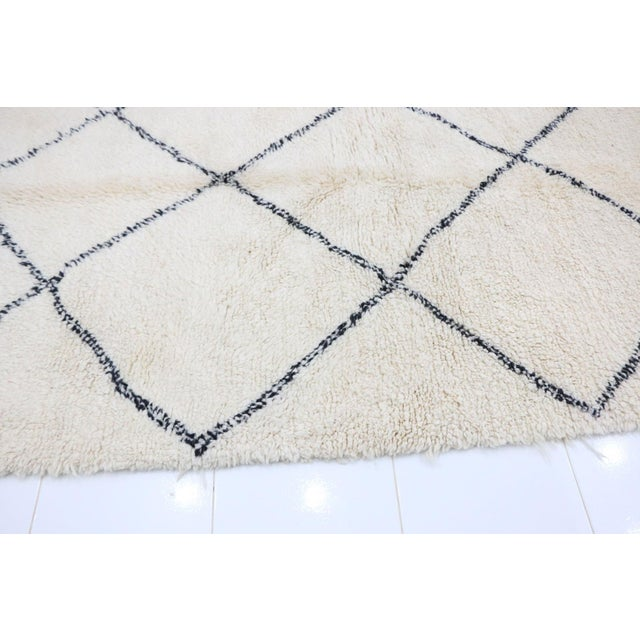 """Beni Ourain Vintage Moroccan Rug - 5'4"""" X 8'4"""" For Sale - Image 4 of 6"""