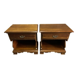 Vintage Thomasville Pair of Cherry Wood Traditional Style One Drawer Nightstands For Sale