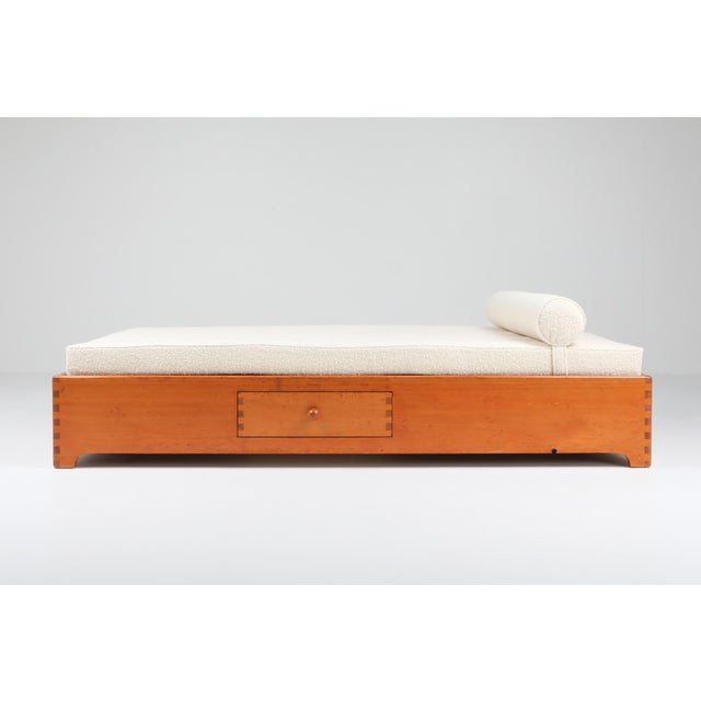 1960s French Elm Daybed in Boucle Wool For Sale - Image 4 of 8