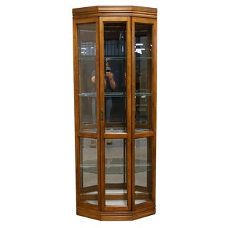 20th Century Traditional Pulaski Furniture Illuminated Display Curio Cabinet