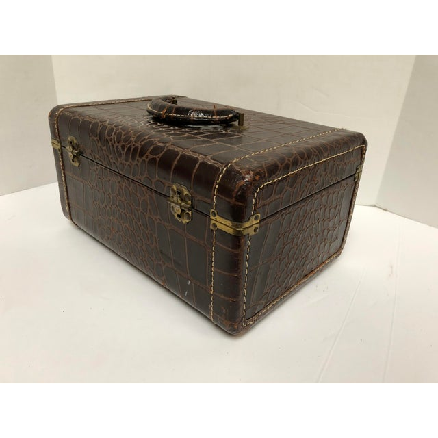 Hollywood Regency 1950s Faux Gator Air Deb Train Case For Sale - Image 3 of 10