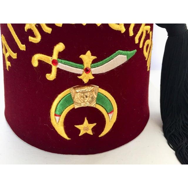 Al Malaikah Vintage Iconic Masonic Shriner Burgundy Wool Fez Hat in Original Box For Sale In Los Angeles - Image 6 of 13
