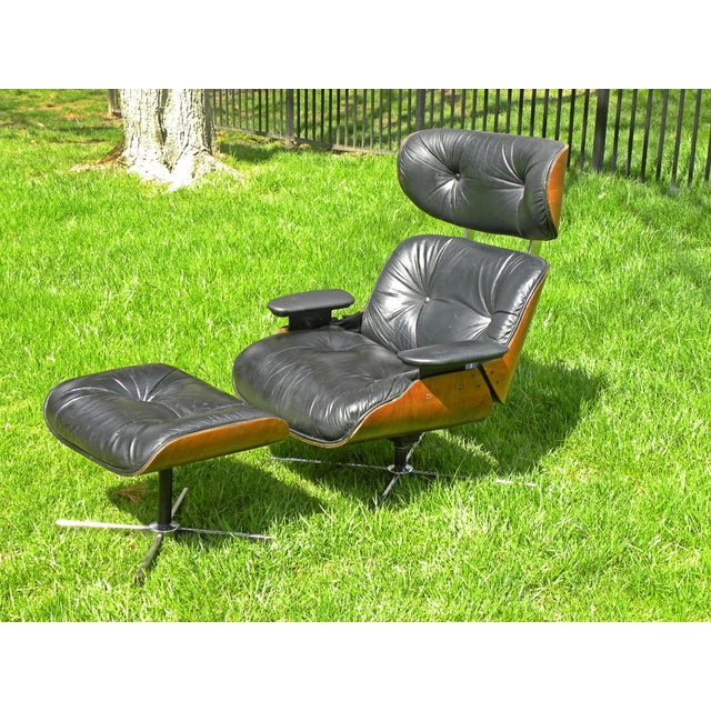 We love these chairs! This one is amazing. Warm dark walnut veneer shells and black leather. Fantastic original condition...