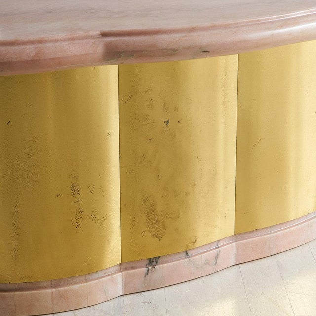 Mid-Century Modern Pink Marble and Brass Coffee Table With Scalloped Base For Sale - Image 3 of 8